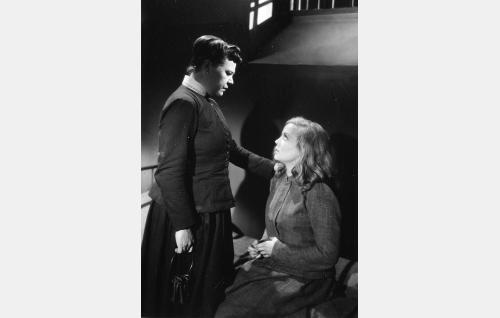 Vanginvartija rouva Hake (Siiri Angerkoski) ja Sylvi (Helena Kara).