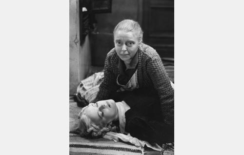 Emmi Hytönen (Kaisu Leppänen) ja äiti (Henny Waljus).