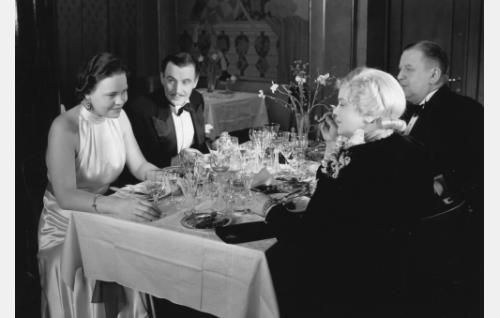 Seurapiirien kerma kokoontuu tanssiravintolassa. Vasemmalta Elsa Turakainen, Jalmari Rinne, Eine Laine ja Uuno Montonen.