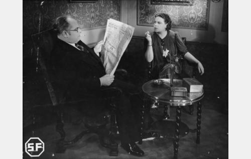 Tuomari Isola (Toppo Elonperä) ja rouva Isola (Siiri Angerkoski).