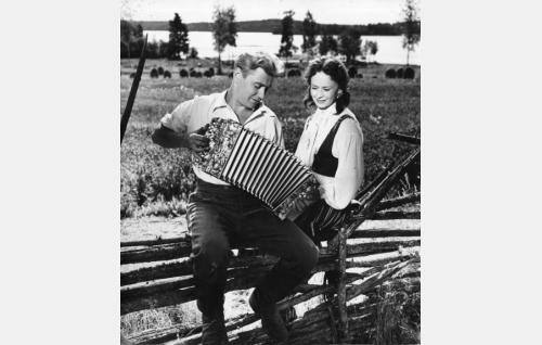 Tuleva harmonikkamestari Vili Vesterinen (Sakari Jurkka) ja hänen lapsuudenystävänsä Mirja (Marjatta Kallio).