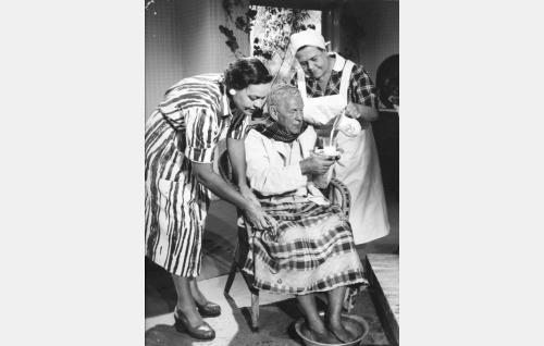 Aino Suominen (Elsa Turakainen), Volmar-vaari (Arvo Lehesmaa) ja kotiapulainen Hilda (Siiri Angerkoski).