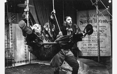 Mr. Small (Masa Niemi) ja sirkuksen johtaja (Stig Törnroos).