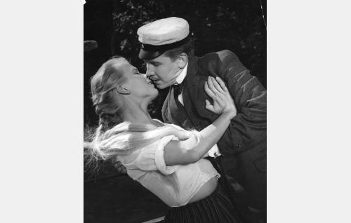 Eliisa (Tuija Halonen) ja Oswald Haggren (Pentti Siimes).