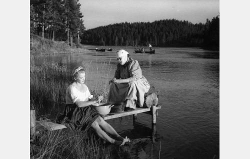 Eliisa (Tuija Halonen) ja Amanda Pilvinen (Siiri Angerkoski). Amanda yrittää kasvositein salata henkilöllisyytensä entiseltä sulhaseltaan.