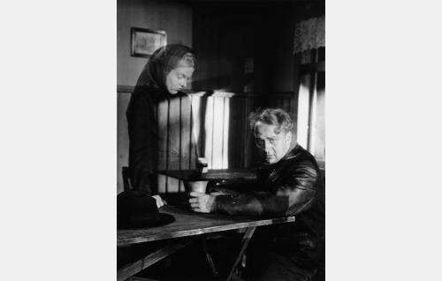 Annin (Regina Linnanheimo) ilmestyy näkynä Matille (Pentti Viljanen).