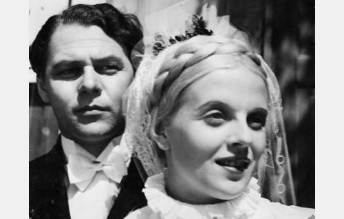 Toivo, Heikkilän nuori isäntä (Matti Lehtelä) ja hänen puolisonsa Anni (Regina Linnanheimo).