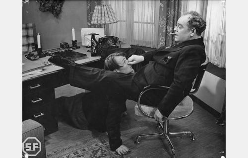 Kaarlo Kartio (lattialla) ja Toppo Elonperä.