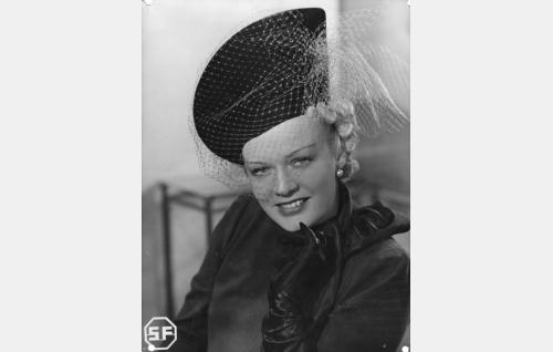 Näyttelijätär Irma Aaltonen (Kaisu Leppänen).
