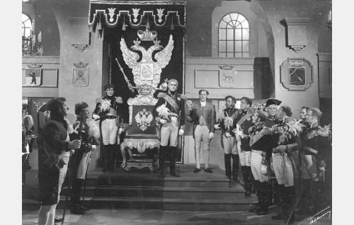 Keisari Aleksanteri I (Leif Wager) Porvoon valtiopäivien jumalanpalveluksessa Porvoon Tuomiokirkossa. Valtaistuimen vasemmalla puolen seisoo Araktshejeff (Unto Salminen) ja oikealla puolen Gagarin (Arvo Lehesmaa). Kohtaus lavastettiin SF-halleille.