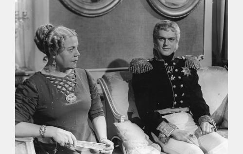 Ullan äiti rouva Möllersvärd (Siiri Angerkoski) ja keisari Aleksanteri I (Leif Wager).
