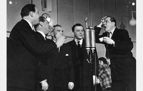 Kipparikvartetti vasemmalta: Kauko Käyhkö, Teijo Joutsela, Auvo Nuotio ja Olavi Virta, heidän seurassaan radiokuuluttajana Kauko Kokkonen.