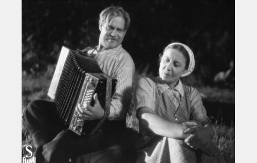 Raudanhovin tallirenki Taneli (Reino Valkama) ja Raudanhovin keittäjätär Aliina (Elli Ylimaa).