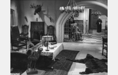 Sohvalla Yrjö (Raino Hämäläinen), taustalla pyörätuolissa Fredrik Värnehjelm (Sasu Haapanen) ja Jonas (Hugo Hytönen).
