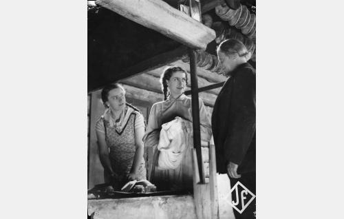 Pietolan isäntä (Toivo Suonpää, oik.), hänen tyttärensä Katri (Kirsti Hurme) ja naapurin mökintyttö Anni (Maija-Liisa Fredman).