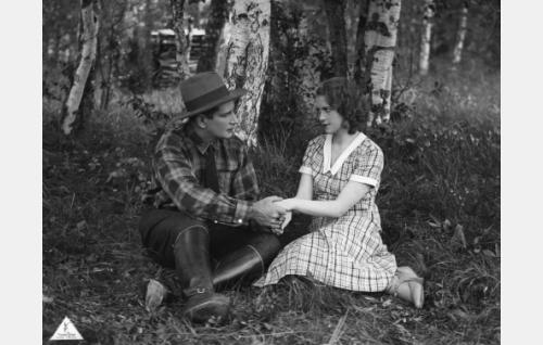 Rakastavaiset Erkki (Urho Somersalmi) ja Leena (Helena Koskinen).
