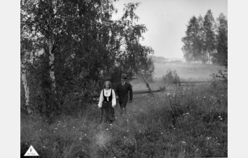 Erkki (Urho Somersalmi) saattaa Leenan (Helena Koskinen) kotiin juhannusyönä.