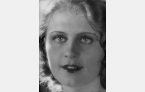 Kosken Leena (Helena Koskinen). Tyrvääläissyntyinen Helena Koskinen oli ohjaaja Erkki Karun amatöörilöytöjä, siviiliammatiltaan konttoristi.