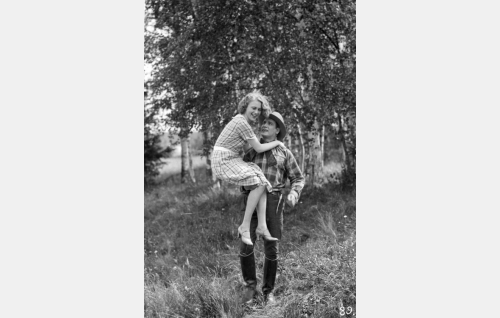 Kosken Leena (Helena Koskinen), Erkki (Urho Somersalmi)