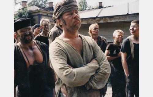Työmies Lundberg (Markku Blomqvist, etualalla)