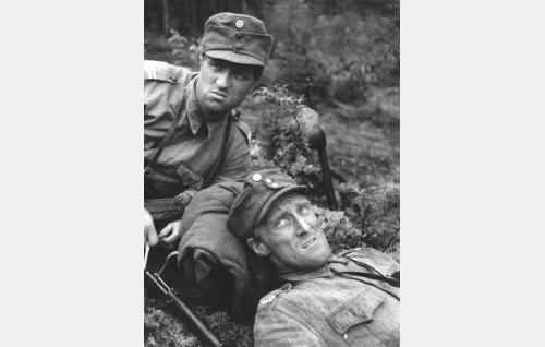 Alikersantit Lahtinen (Veikko Sinisalo) ja Lehto (Åke Lindman).