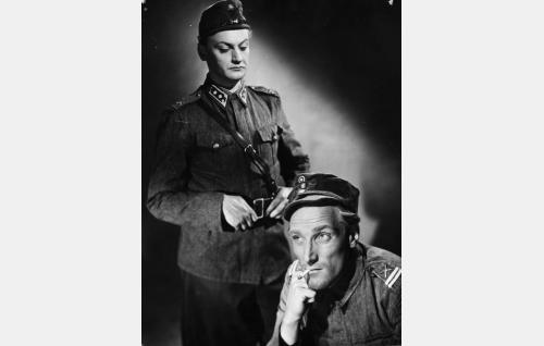 Luutnantti Lammio (Jussi Jurkka) ja alikersantti Lehto (Åke Lindman).