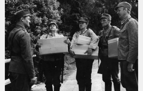 Vasemmalta: Lammio (Jussi Jurkka), Rahikainen (Kaarlo Halttunen), Määttä (Pentti Siimes), Lehto (Åke Lindman) ja Koskela (Kosti Klemelä).