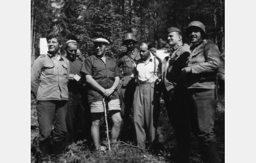 Työkuvassa oikealta: Marttti Romppainen (Sihvola), kuvaaja Osmo Harkimo, Edvin Laine, Kosti Klemelä (Koskela), Väinö Linna, Tauno Palo (Sarastie) ja Leo Riuttu (Vanhala).