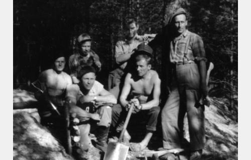 Lavasteryhmä taisteluhautoja kaivamassa. Keskellä lavast. Aarre Koivisto. Takana lavast. assist. Aimo Pöyhönen. Ruokolahti, Salpalinja.