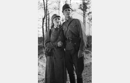 Lotta Elli Arho (Ansa Ikonen) ja luutnantti Arvo Tani (Eino Kaipainen).