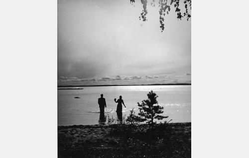 """Nuoret ylioppilaat (Joel Rinne ja Ansa Ikonen) """"kuunsillalla""""."""
