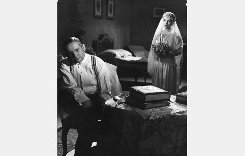 Tohtori Erland Varala (Vilho Siivola) ja hänen vaimonsa Pepi Varala (Ansa Ikonen).