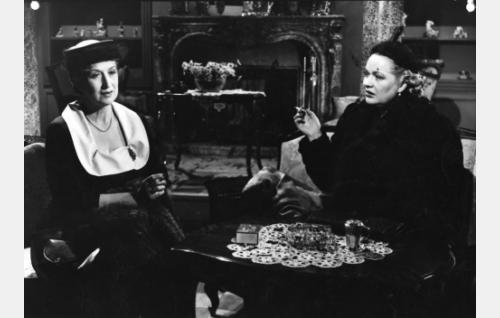 Floora Ramberg (Kerstin Nylander) ja Margit Lindman (Kaisu Leppänen).