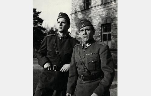 Kapteeni Teräs (Matti Ranin) ja ylivääpeli Muttila (Pentti Irjala).