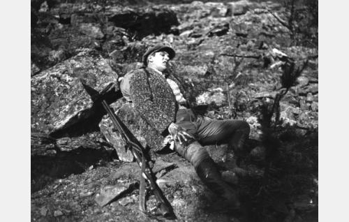 Olli (Einar Rinne) on loukkaantunut.