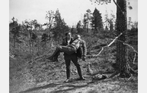 Juhani (Urho Somersalmi) ja loukkaantunut Olli (Einar Rinne).