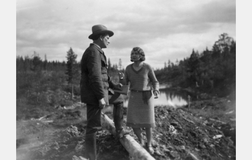Juhani (Urho Somersalmi) ja Margit (Kaisa Leppänen).
