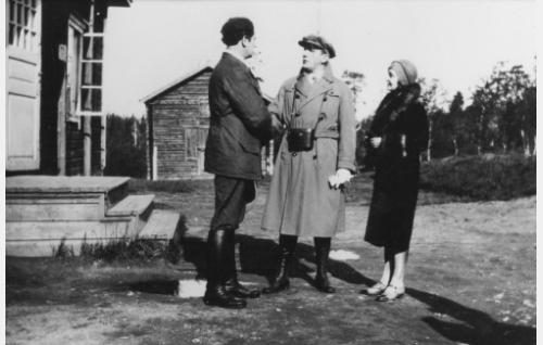 Juhani Rauta (Urho Somersalmi), Olli Järvelä (Einar Rinne) ja Ollin vaimo Margit, ent. von Stenhjelm (Kaisa Leppänen) ovat kohdanneet Lapissa.