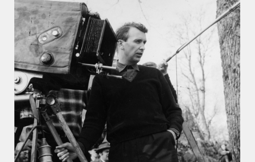Ohjaaja Matti Kassila ja Fennada-Filmin vanha Debrie-kamera.