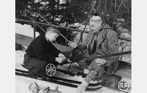 Hiihtäjäpoika (Lasse Pöysti) ja ylivahtimestari Karppala (Aku Korhonen).