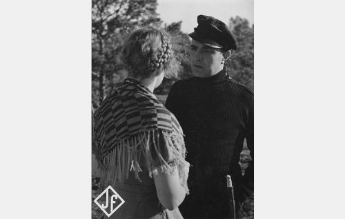 Ilma Suurmusta (Maija-Liisa Fredman) ja merimies Ersso Lounatpää (Santeri Karilo).