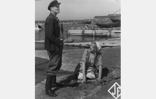 Kopperin Kikke (Vilho Auvinen) ja Suurmustan palvelustyttö Sanna (Irja Simola).