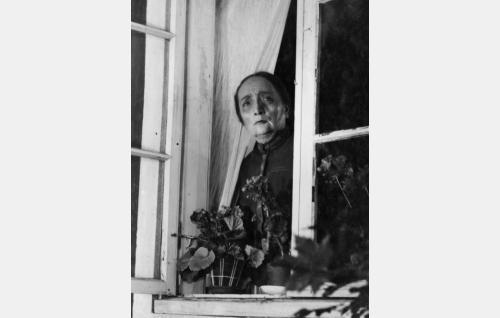 Ylitalon vanhaemäntä (Olga Tainio).