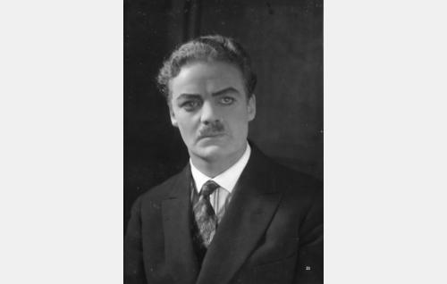 Konsuli August Lumiala (Sven Relander).