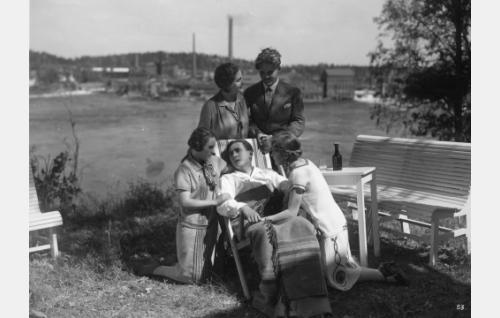 Oras (Ilmari Unho) on saanut todellisen kodin Lumialan perheestä. Toipilaan ympärillä ovat Orvokki (Birgit Hästesko), Anna (Helmi Lindelöf), August (Sven Relander) ja Silja (Lilja Haltia).