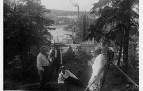 Ohjaaja Teuvo Puro (vas.), käsikirjoittaja-lavastaja Carl Fager, kuvaaja Frans Ekebom ja kuvausapulainen Armas Fredman.