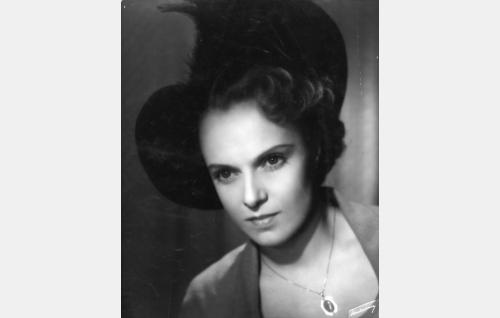 Rouva Irja Kaarila (Liisa Tuomi).