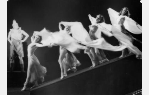 Henry Theel (vas.) ja Punaisen Myllyn Baletin tyttöjä elokuvan Neptunuksen poika - jaksossa. Tytöt vasemmalta Raila Halmevaara, Leila Nieminen, Inkeri Suvio ja Dolores Talaskivi.