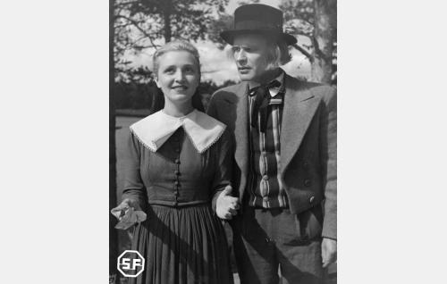 Anna Ringars (Ansa Ikonen) ja Antti (Eino Kaipainen).
