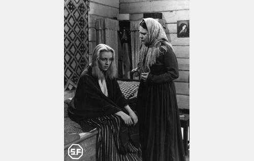 Anna Ringars (Ansa Ikonen) ja hänen äitinsä Elisabet (Siiri Angerkoski).